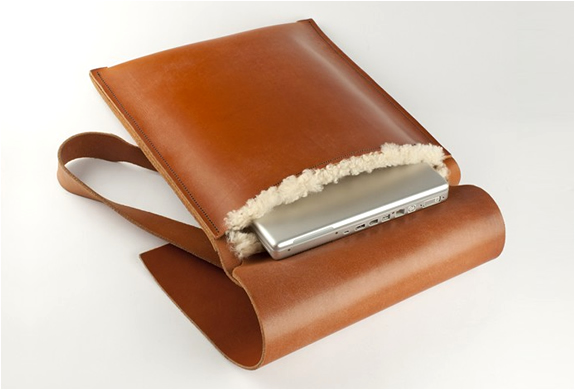 TAN LEATHER LAPTOP BAG WITH SHEEPSKIN LINING | BY DE BRUIR | Image