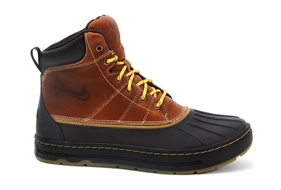 NIKE WOODSIDE HIKING BOOTS | Image