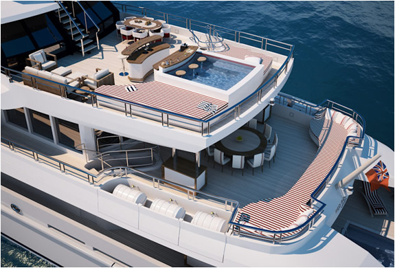 img_red_square_yacht_3.jpg