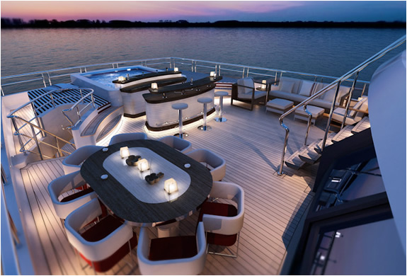 img_red_square_yacht_4.jpg