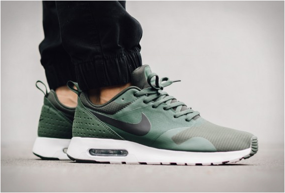 NIKE AIR MAX TAVAS CARBON GREEN | Image