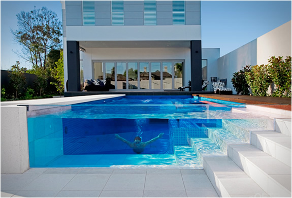 Transparent pool by oftb swimming pool construction for Construction pool house piscine