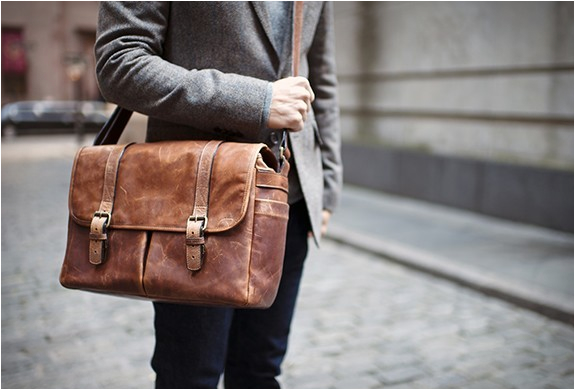 THE BRIXTON | CAMERA & LAPTOP MESSENGER BAG | Image